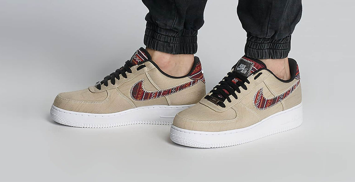 the best attitude c35b0 44a42 Nike Air Force 1 07  LV8 mit Jeans-Upper und Multicolor-Stitching