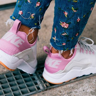 Nike Huarache Run Ultra in rosa-beige_ferse